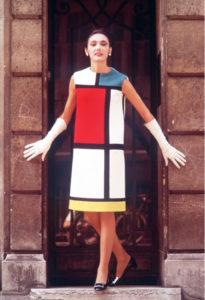 Robe de cocktail portée par Muriel. Hommage à Piet Mondrian. Collection haute couture automne-hiver 1965, Paris, juillet 1965. Photographie de Louis Dalmas, © Yves Saint Laurent / DALMAS/SIPA