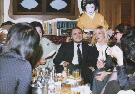 Pierre Bergé, Betty Catroux et Yves Saint Laurent avec des acteurs de Kabuki, Tokyo, novembre 1975, © Droits réservés