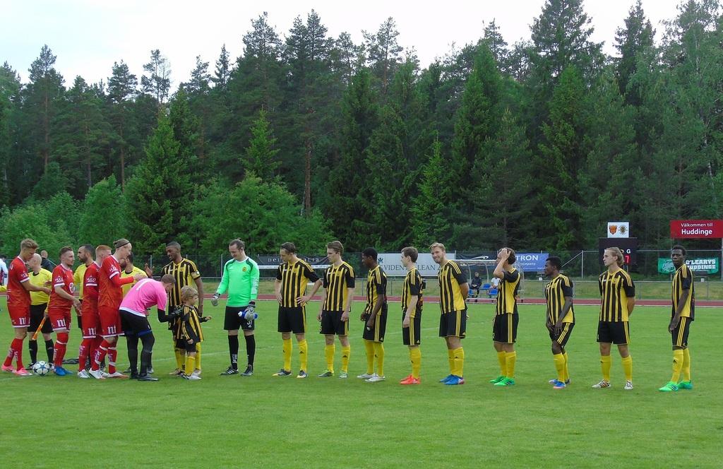 Handskakningar innan matchen mellan Huddinge IF och Assyriska IF i  Norrköping. Dagens två knattar känner redan till hur rutinerna är. c325ac32c2c0f