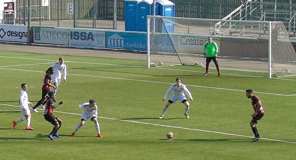 söker passning till blivande tvåmålsskytten Bachir Katourgi när Södertälje  försöker spräcka nollan under den mållösa första halvleken. Huddinge-spelare  i ... 62bbcada4a0ae