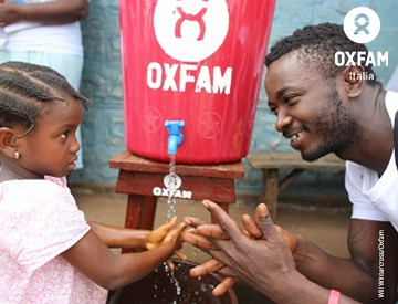 Dona acqua pulita a una famiglia