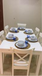 طاولة طعام مع كراسي