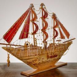 سفينة خشبية بشعار المملكة