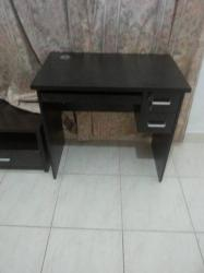 مكتب صغير مع الكرسي