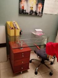 مكتب زجاج مع الكرسى للبيع