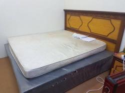 السرير مستخدم للبيع