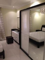 غرفة نوم جديدة ونجفة وستائر ومرتبة من ارقى المعارض للبيع