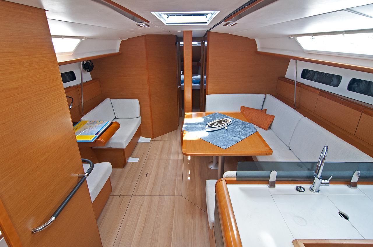 https://ws.nausys.com/CBMS-external/rest/yacht/1061728/pictures/p.jpg