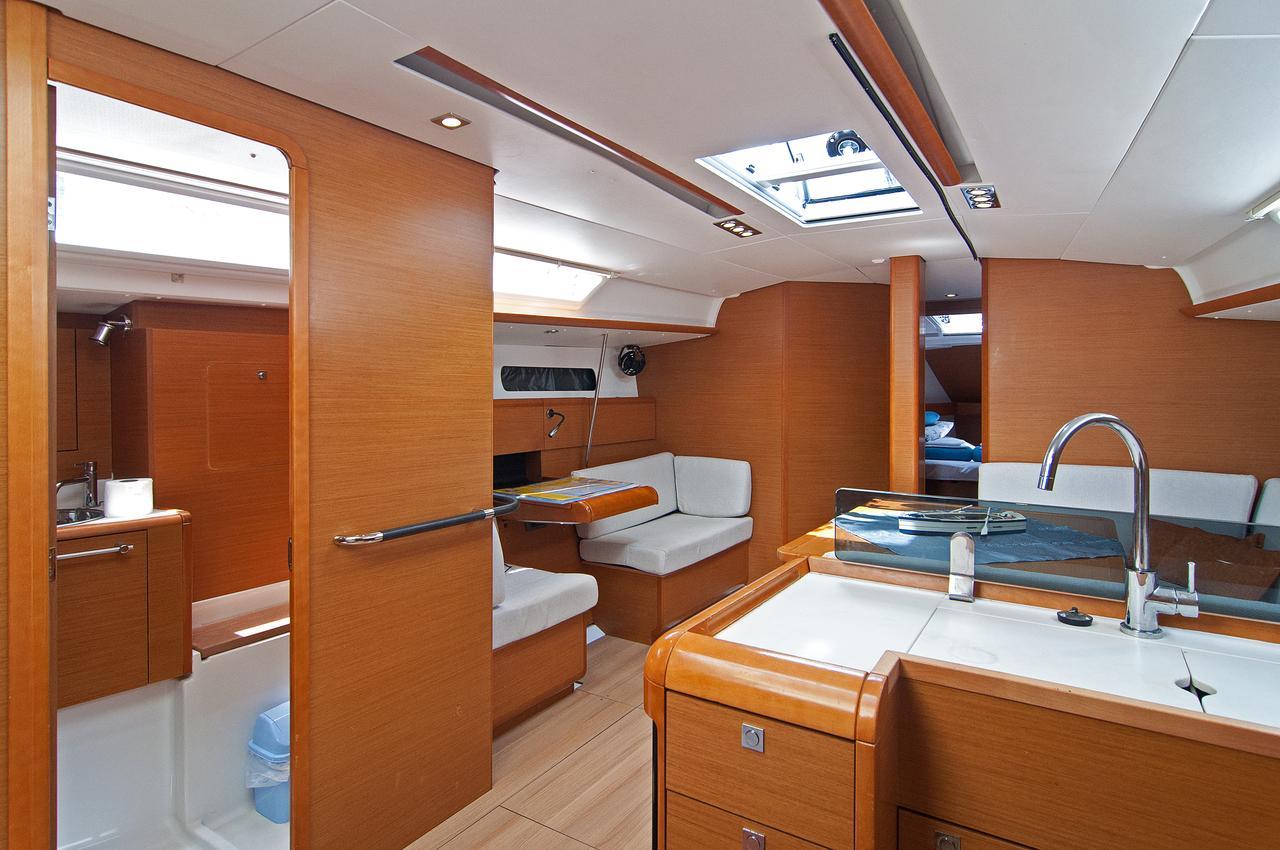https://ws.nausys.com/rest/yacht/1061728/pictures/p1.jpg