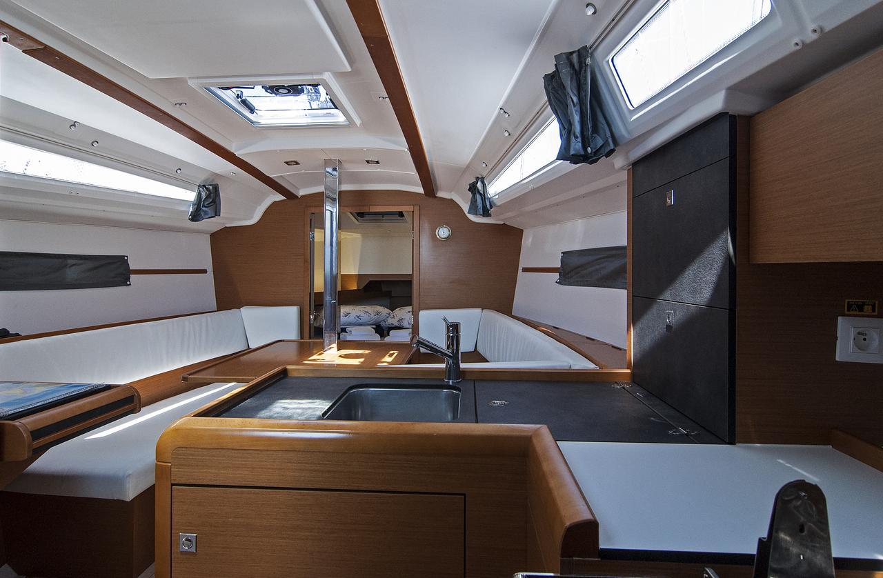 https://ws.nausys.com/CBMS-external/rest/yacht/1061744/pictures/p1.jpg