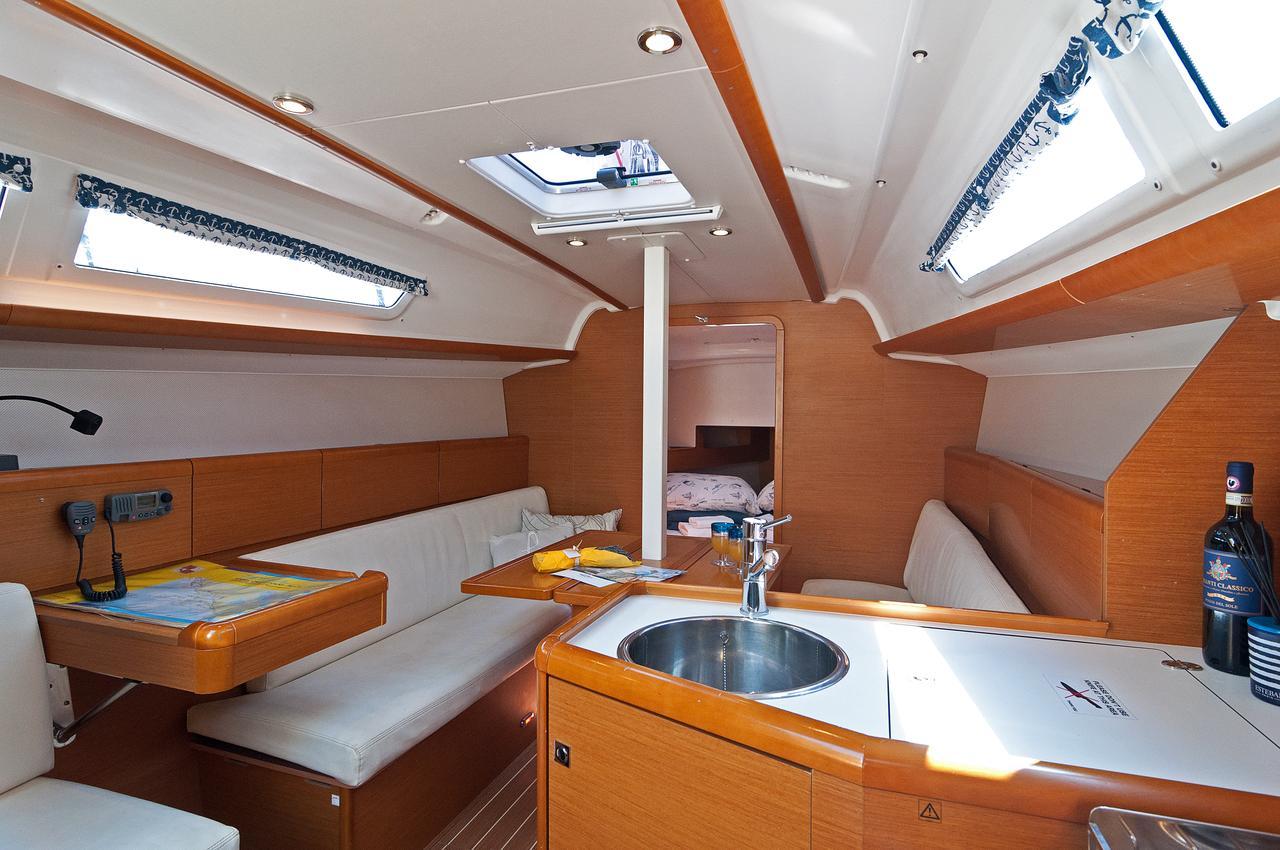 https://ws.nausys.com/rest/yacht/1061745/pictures/p.jpg