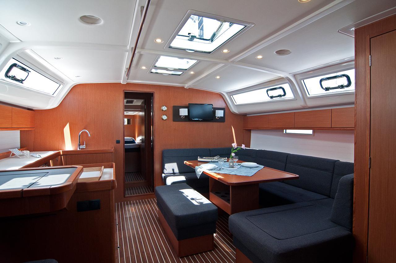 https://ws.nausys.com/CBMS-external/rest/yacht/1070216/pictures/p1.jpg