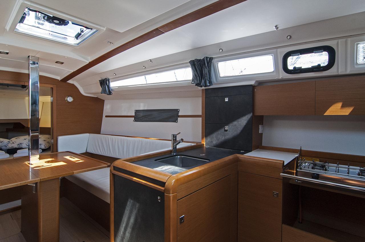 https://ws.nausys.com/rest/yacht/1072101/pictures/p2.jpg