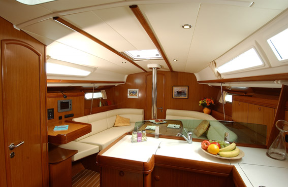 http://ws.nausys.com/rest/yacht/1061742/pictures/s_CarreSO39i.jpg
