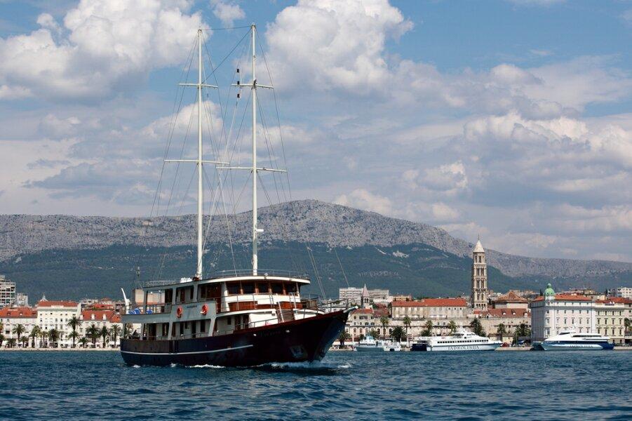 Crewed yachts luna