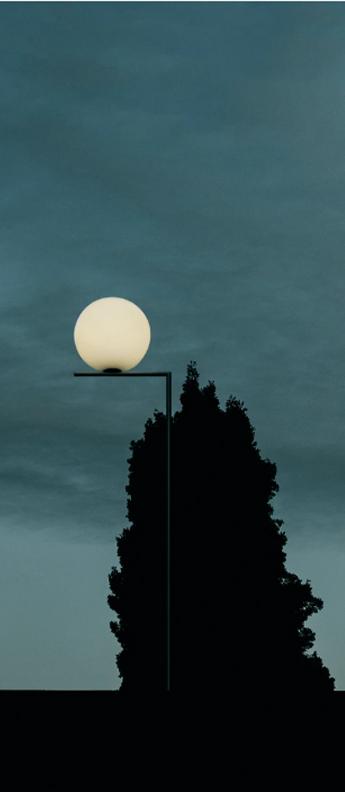 Lampadaire d exterieur ic lights floor 1 outdoor opalin noir et lave noire ip44 o32cm h135cm flos normal