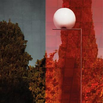 Lampadaire d exterieur ic lights floor 1 outdoor opalin rouge burgundy et lave noire ip44 o32cm h135cm flos normal