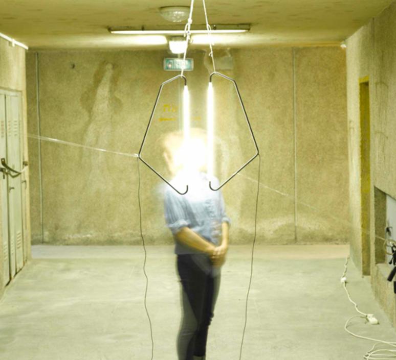004 naama hofman lampe a poser table lamp  naama hofman 004 noir  design signed 46205 product