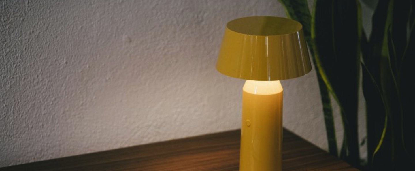 Lampe a poser bicoca led dimmable jaune h22 5cm marset normal