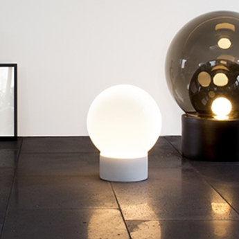 lampe poser boule small verre fum gris h35 5cm pulpo nedgis. Black Bedroom Furniture Sets. Home Design Ideas