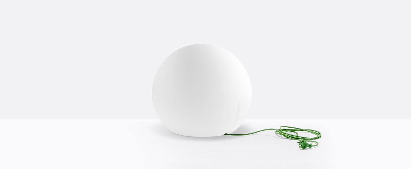 Lampe a poser happy apple blanc cable vert ip65 o50cm pedrali normal