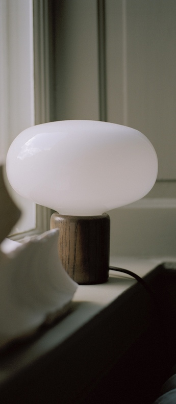 Lampe a poser karl johan chene verre opale blanc o23cm h23 5cm new works normal