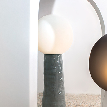 Lampe a poser kokeshi medium abat jour blanc acetato base grise o45cm h112 5cm pulpo normal