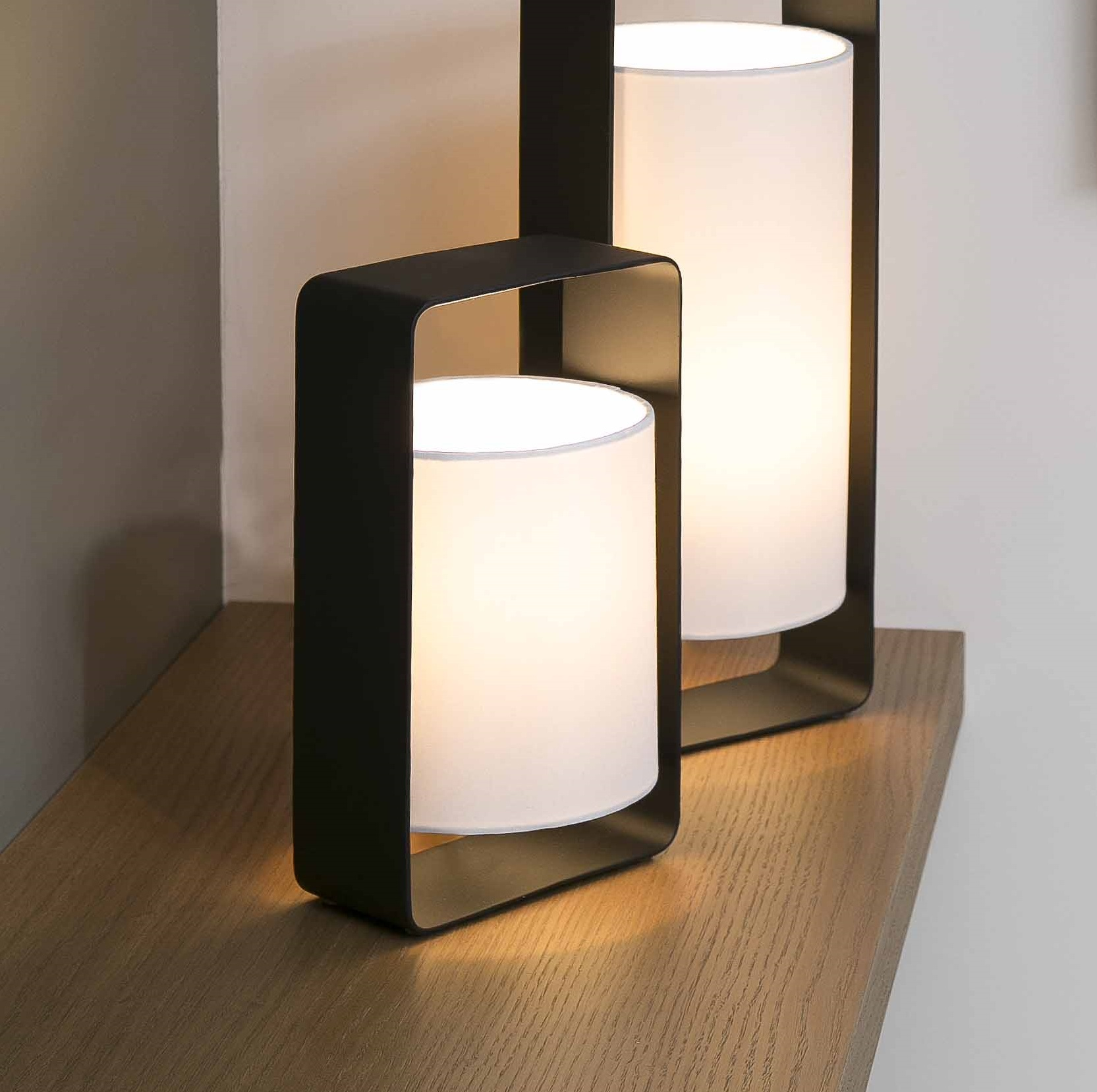 lampe poser lula noir et blanc h27cm faro luminaires nedgis. Black Bedroom Furniture Sets. Home Design Ideas
