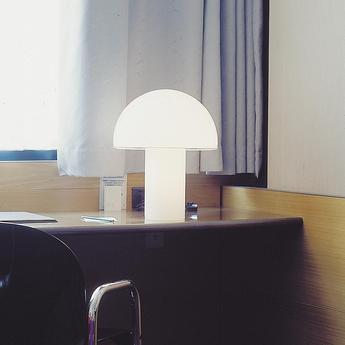 Lampe a poser onfale l blanc o36cm h44cm artemide normal