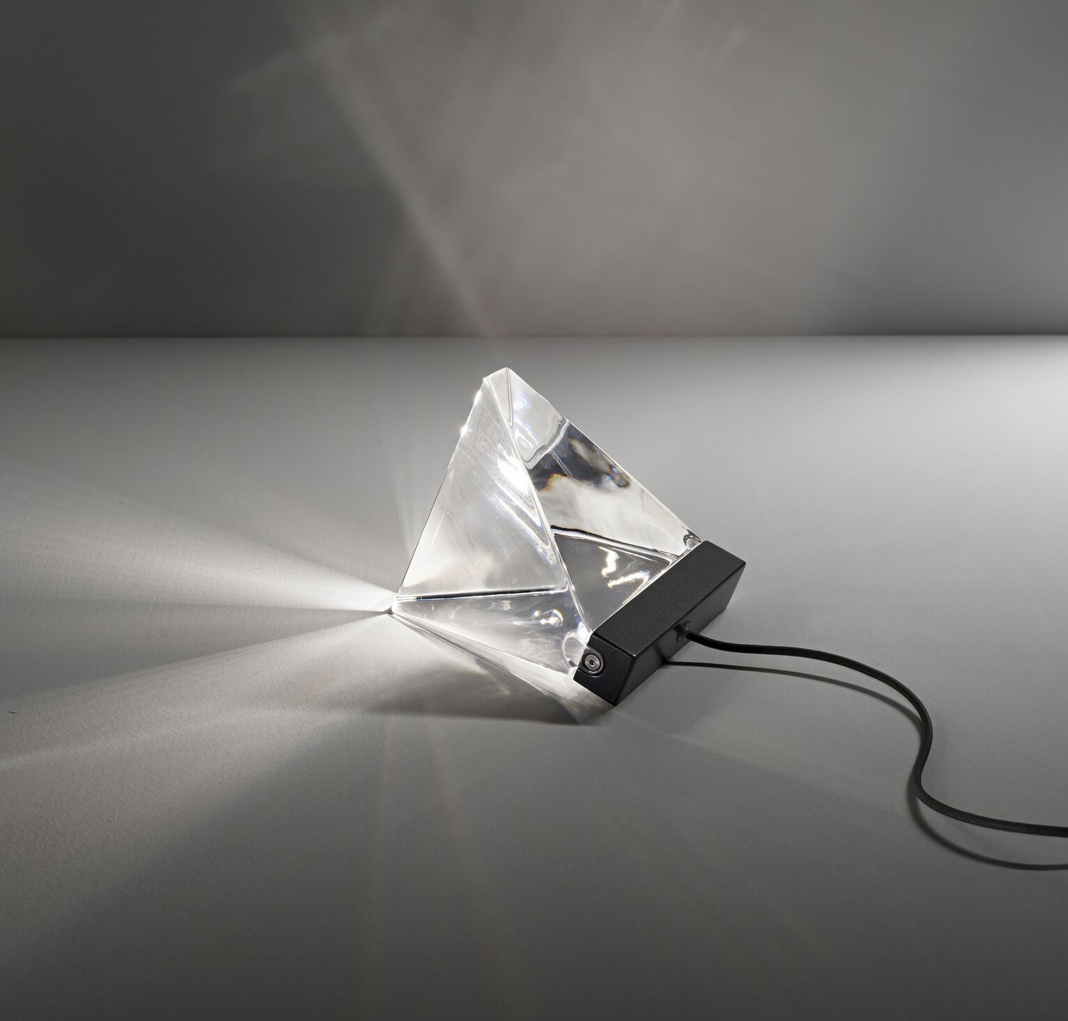 lampe poser tripla f41 anthracite led l9 8cm h7 5cm fabbian luminaires nedgis. Black Bedroom Furniture Sets. Home Design Ideas