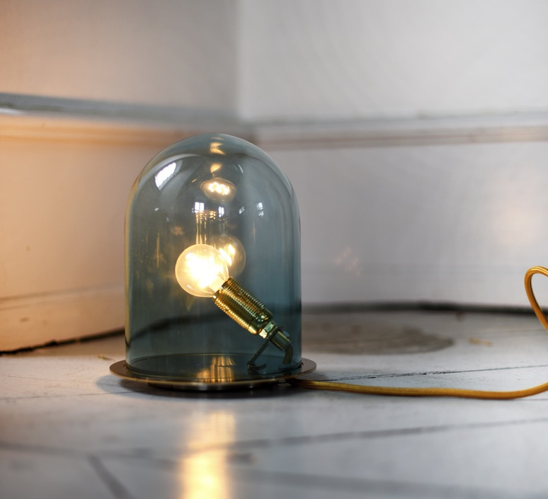 Lampe Sous Cloche lampe cloche, glow in a dome, bleu, base laiton, h21cm - ebb and