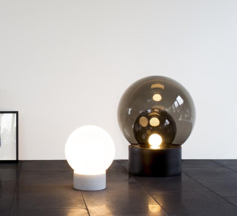 lampe de sol boule medium verre fum gris h74cm pulpo luminaires nedgis. Black Bedroom Furniture Sets. Home Design Ideas