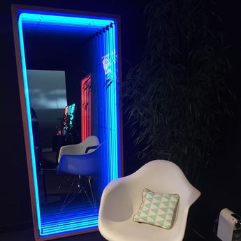 Mobilier lumineux miroir maxi bois chene neon bleu l80cm h180cm lumneo normal