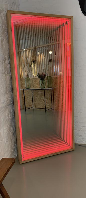 Mobilier lumineux miroir maxi bois chene neon magenta l80cm h180cm lumneo normal