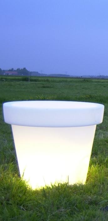 Luminaires singuliers design et signed nedgis for Pot lumineux exterieur solaire