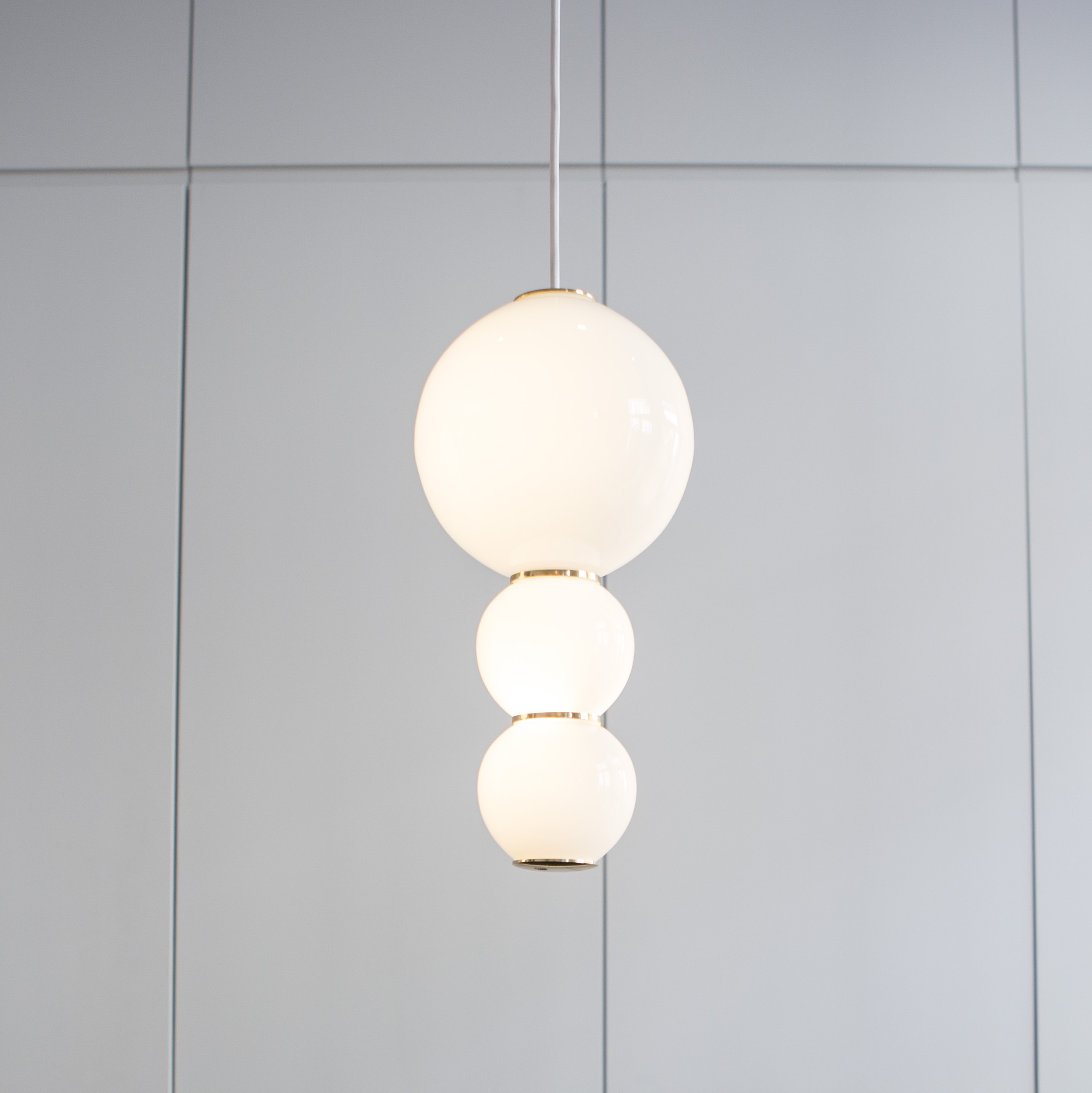 Suspension led c pearls blanc or 18cm formagenda for Suspension luminaire blanc