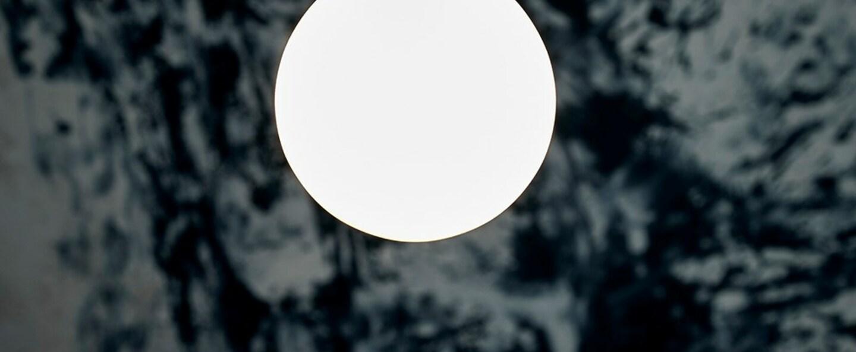 Suspension miira 1 noir et blanc opalin o14cm h34cm nuura normal