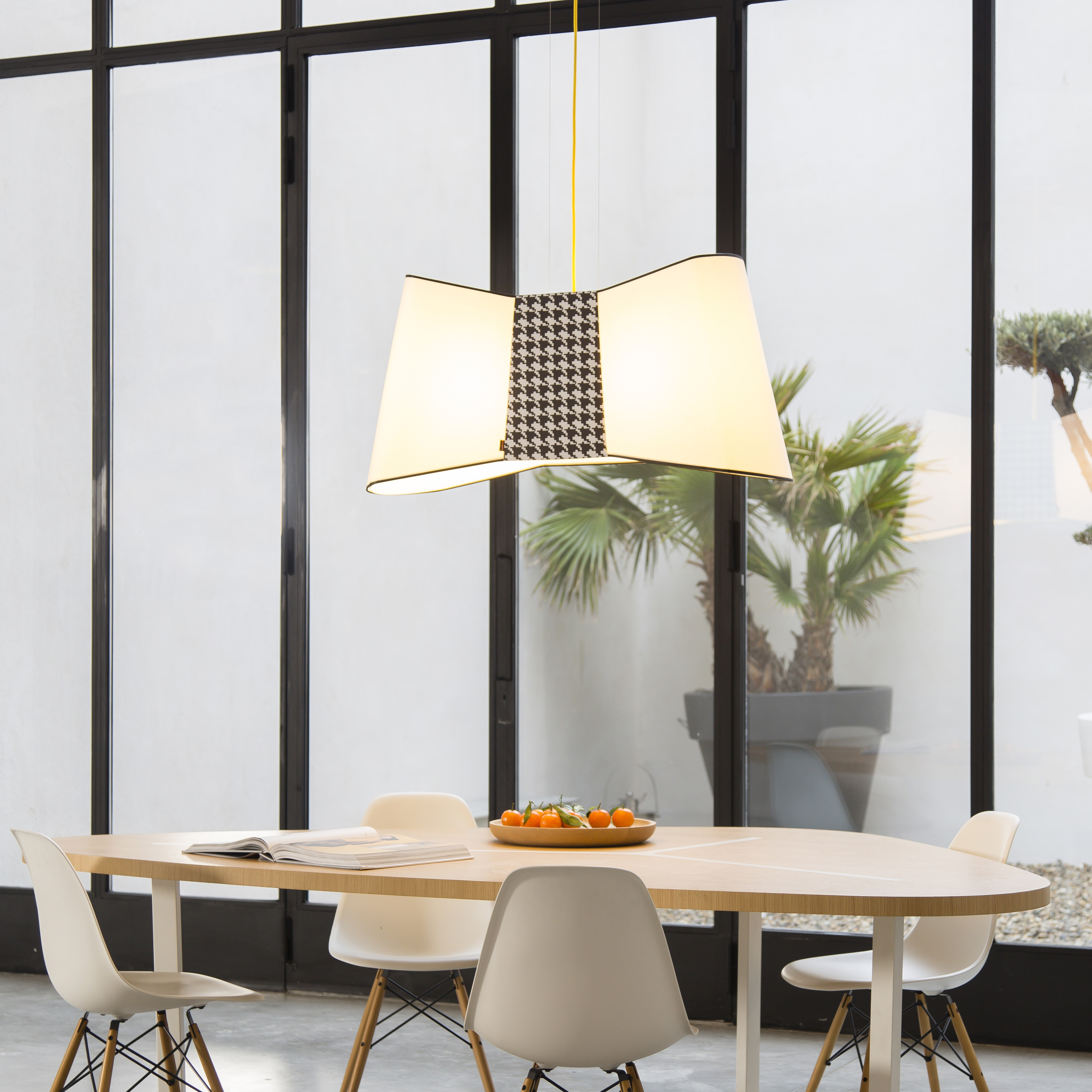 suspension xxl grand couture blanc pied de poule l100cm designheure luminaires nedgis. Black Bedroom Furniture Sets. Home Design Ideas