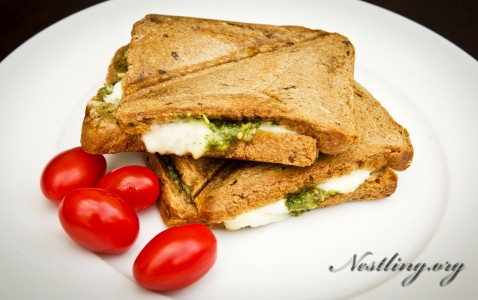 Basilikum-Sandwich-mit-mozarella