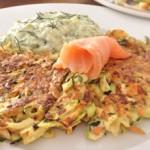 Zucchini-Möhren-Sellerie-Puffer mit Avocado-Tzatziki