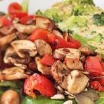 Brokkoli-Quiche ohne Boden und warmer Salat