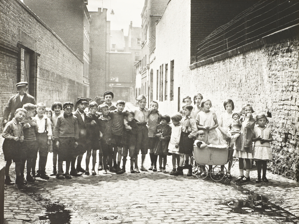 Children in Schemmergasse in Cologne, 1930 (1930)