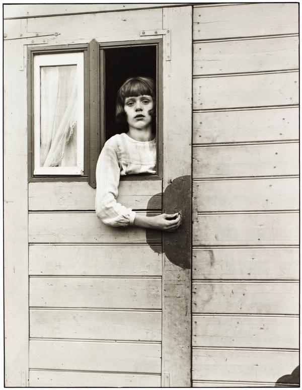 Mädchen im Kirmeswagen [Girl in Fairground Caravan], 1926-32 (1926 - 1932)