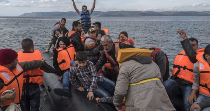 20151029_Inflatable_boat_with_Syrian_Refugees_Skala_Sykamias_Lesvos_Greece