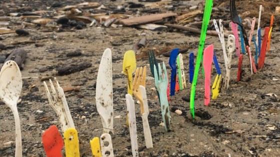 Wegwerpbestek op het strand van Noordwijk