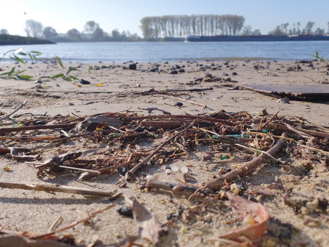 Nurdles_strooisellaag door Stichting De Noordzee