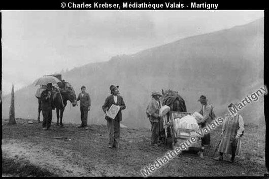 Chargement du fromage à l'alpage de Roua, vers 1930