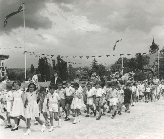 Promotions scolaires sur le Pont de Lancy fraîchement inauguré