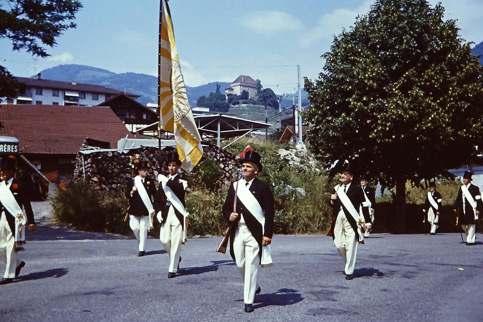 Parade de La Noble Abbaye des Echarpes blanches.