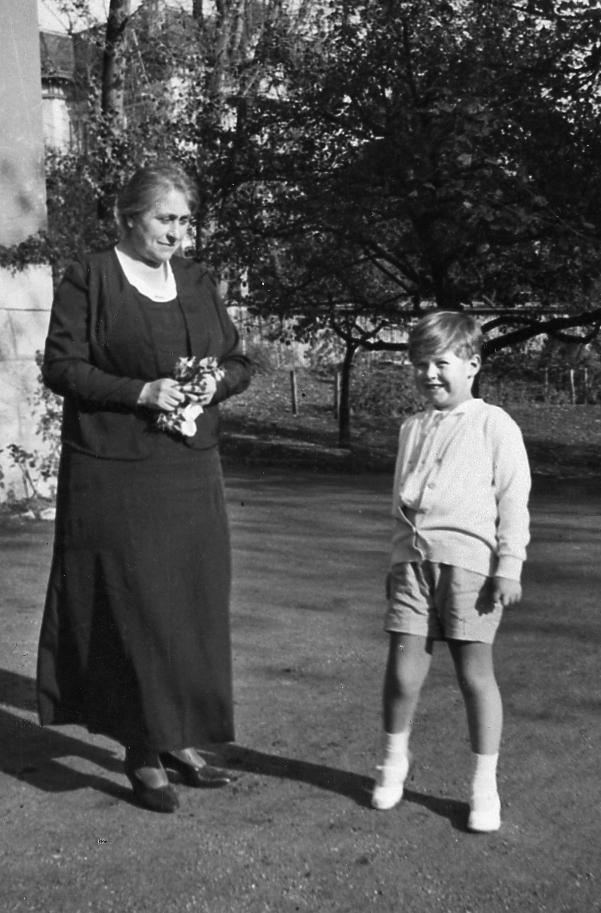 Mme Maurice de Weck et son petit-fils Jean-Claude
